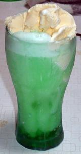 明治屋「メロン」を使ったクリームソーダ
